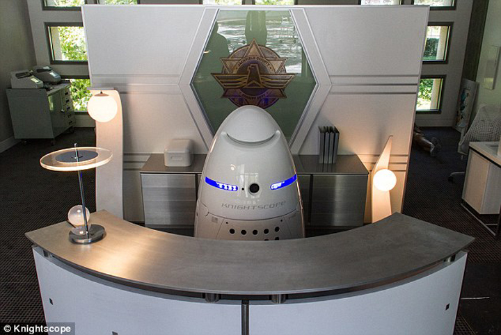 Obrázek: http://www.dailymail.co.uk/sciencetech/article-2841427/Robo-cops-patrol-Silicon-Valley-gets-five-foot-tall-robot-security-guards.html