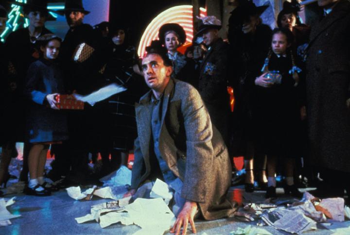 Jonathan Pryce ve filmu Brasil (Velká Británie, 1985, Režie: Terry Gilliam)