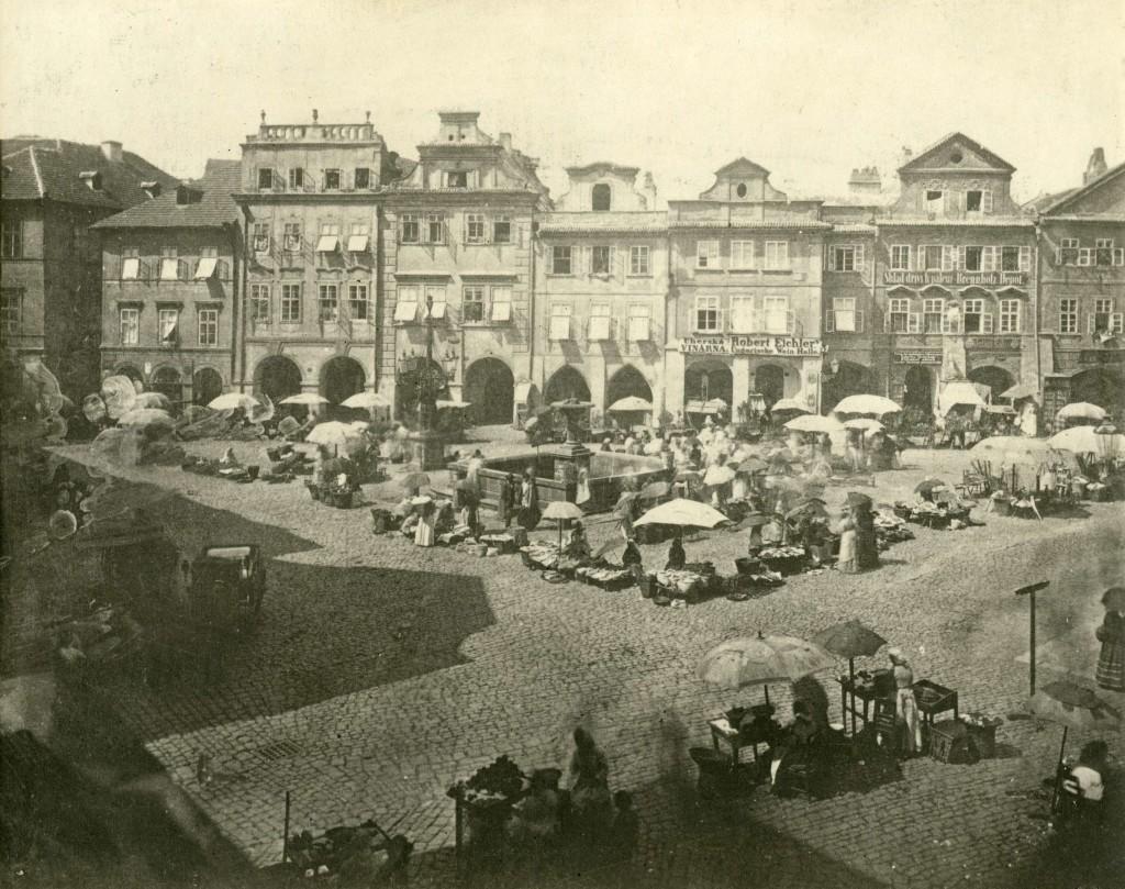 Pražský Uhelný trh přibližně v roce 1870, se starou čtvercovou kašnou, zbořenou roku 1894. Foto: František Fridrich (1829–1892)